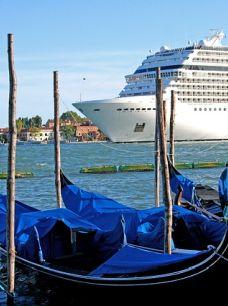 אנייה על רקע גונדולות בונציה