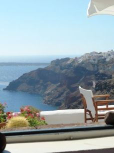 נוף מחלון בסנטוריני, יוון
