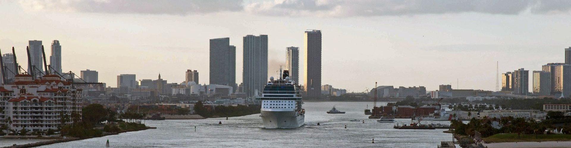 אנייה יוצאת מנמל מיאמי